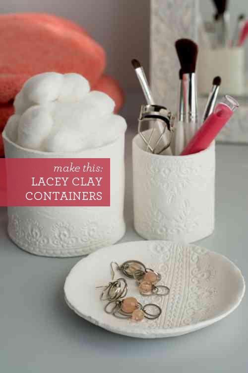 Récipients bricolage magnifiques avec des empreintes de dentelle.  Fabriqué avec de l'argile de sécher à l'air, ils sont facile que possible!  | Design Maman